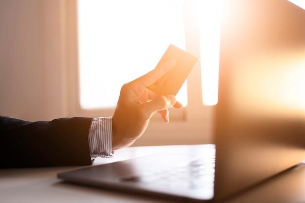 Руки бизнесмена с помощью ноутбука и карты в интернете Бесплатные Фотографии