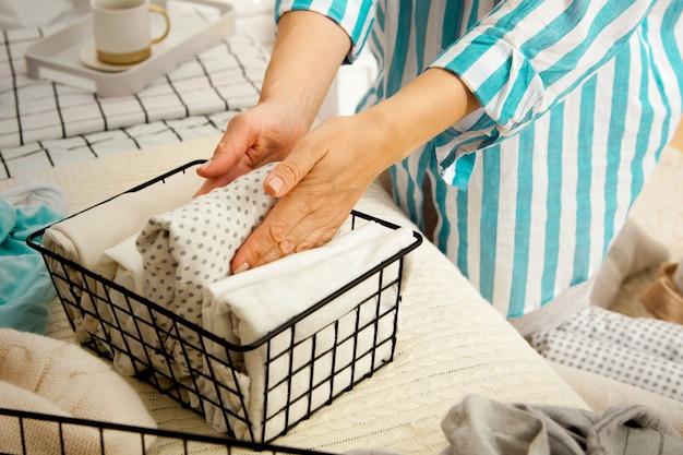 Руки молодой женщины-домохозяйки Premium Фотографии