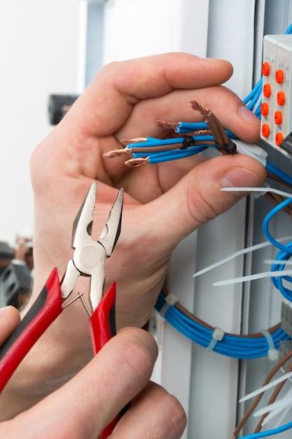 Руки электрика Premium Фотографии