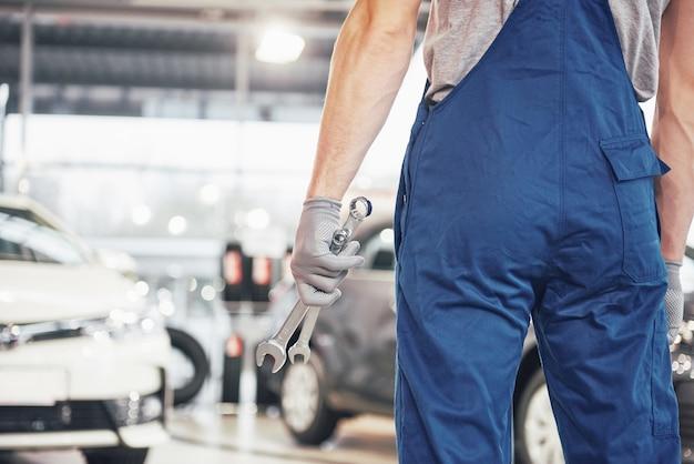 Руки автомеханика с гаечным ключом в гараже Бесплатные Фотографии