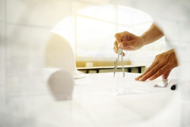 Руки инженера, работающего над проектом, концепция строительства. инженерные инструменты. эффект ретро-фильтра тона, мягкий фокус (селективный фокус) Бесплатные Фотографии