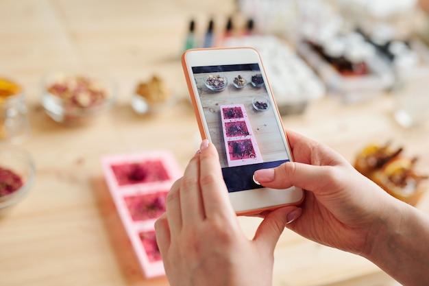 Фото девушки с телефоном в руках на работе работа в вебчате арсеньев