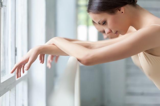 バレで2つの古典的なバレエダンサーの手 無料写真