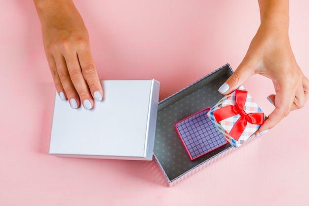 Руки открывают пустые подарочные коробки Бесплатные Фотографии
