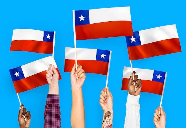 Руки размахивают флагами чили Бесплатные Фотографии