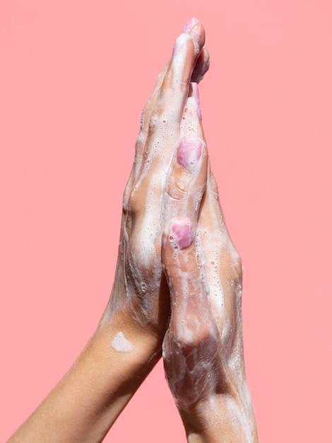 Руки с пеной из мыла Бесплатные Фотографии
