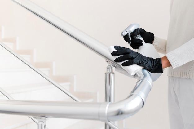 Руки в перчатках, дезинфицирующих поручень Бесплатные Фотографии