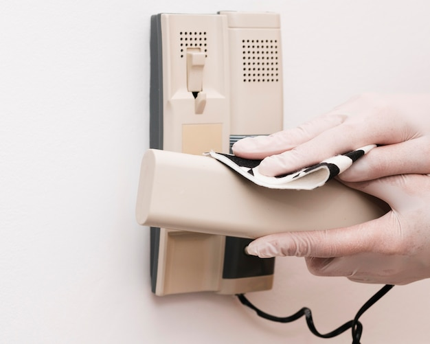 インターホンを消毒する手袋をした手 無料写真