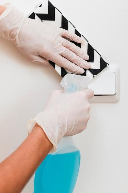 ライトスイッチを消毒する手袋をした手 無料写真