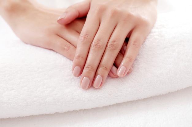 Mani con belle unghie. cura delle unghie e concetto di manicure Foto Gratuite