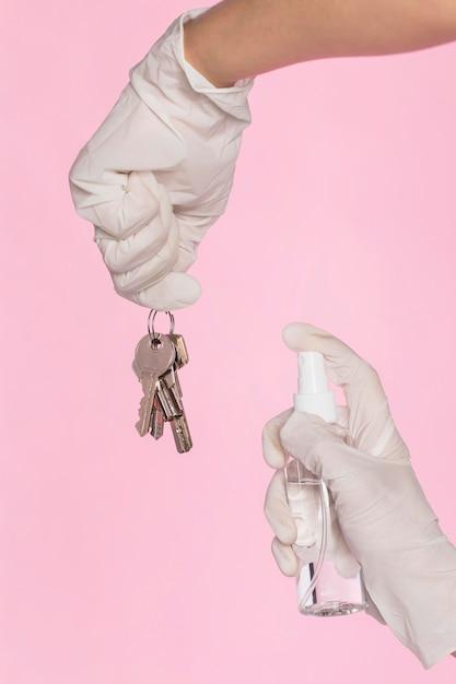 Руки с хирургическими перчатками, дезинфицирующие ключи Бесплатные Фотографии