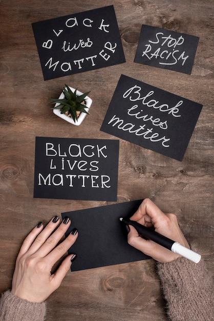 Le mani che scrivono vite nere contano sulle carte Foto Gratuite