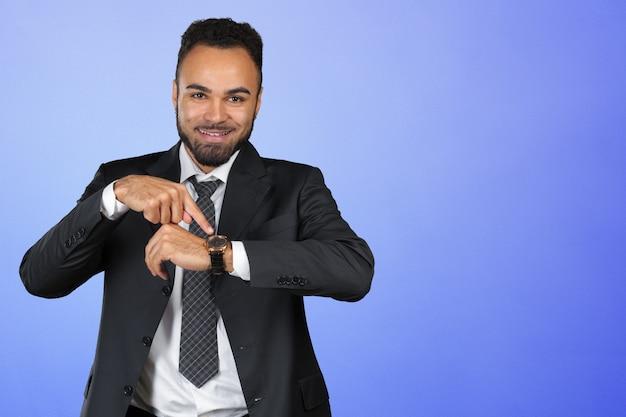 Красивый афро-американский молодой человек, глядя на часы, копией пространства Premium Фотографии