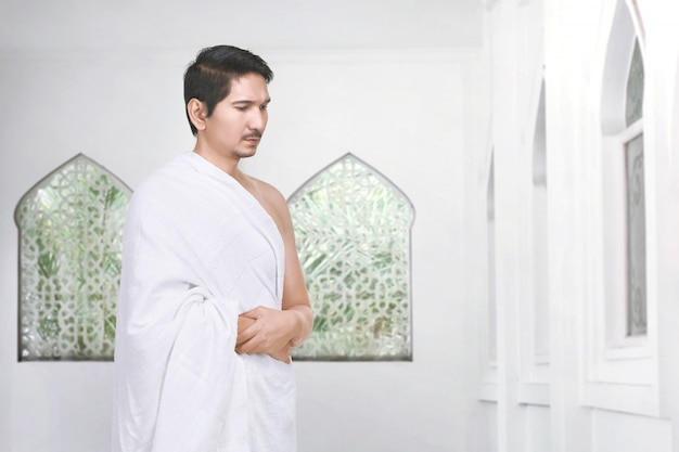 Handsome asian muslim pilgrim praying Premium Photo