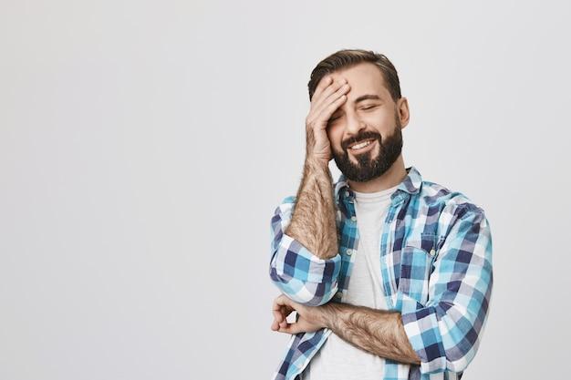 ハンサムなひげを生やした大人の冗談を笑って 無料写真
