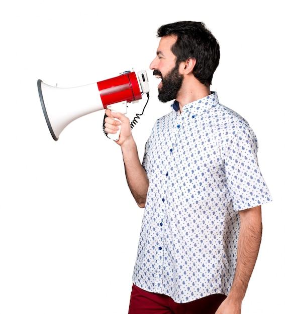 メガホンで叫んだひげそりの美しいブルネット男 無料写真