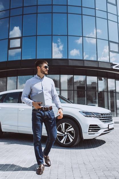 白い車でハンサムな実業家 無料写真