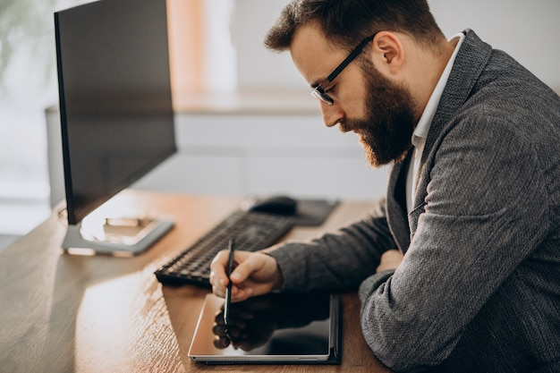 Handsome business man working at the desk Free Photo