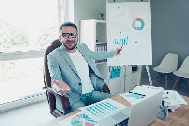 사무실에서 일하는 블루 재킷과 잘 생긴 사업가 프리미엄 사진