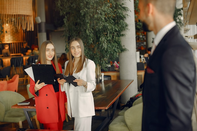 Handsome businessman with women standing and working in a cafe Free Photo