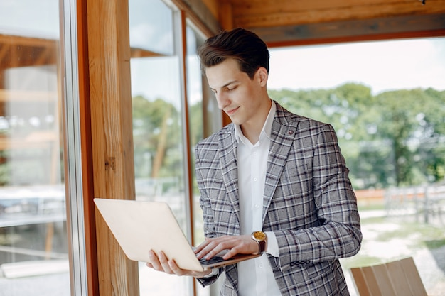 Handsome businessman working at the office Free Photo