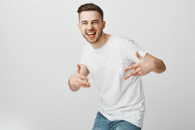 Красивый беззаботный парень танцует хип-хоп и веселится Бесплатные Фотографии