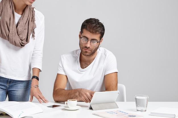 Красивый умный бизнес-работник консультируется со своим коллегой по поводу отчета Бесплатные Фотографии