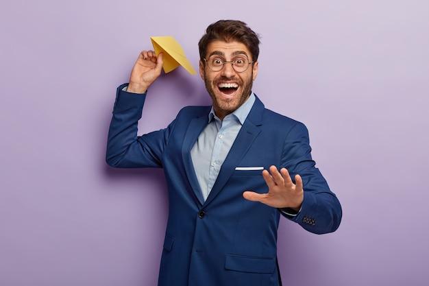 사무실에서 품위있는 정장을 입고 포즈 잘 생긴 기쁜 웃는 사업가 무료 사진
