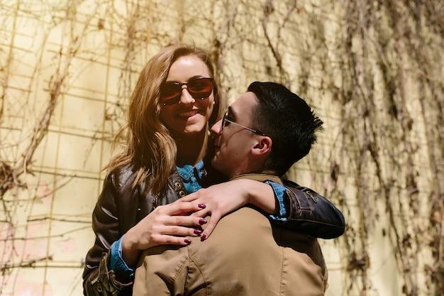 ハンサムな男とハグのきれいな女性 無料写真