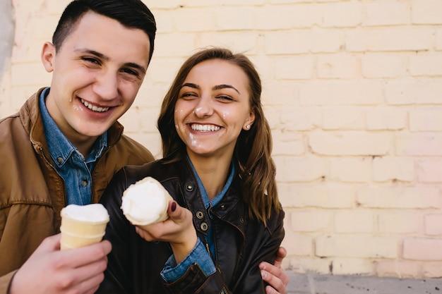 ハンサムな男ときれいな女性がアイスクリームでポーズ 無料写真