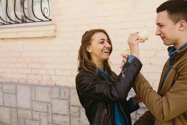 Bel ragazzo e bella donna che gioca con il gelato Foto Gratuite