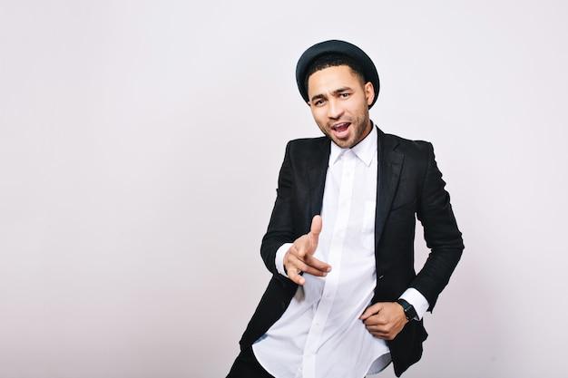 スーツ、帽子ダンス、歌でハンサムな男。おしゃれなサラリーマン、成功、ビジネスマン 無料写真