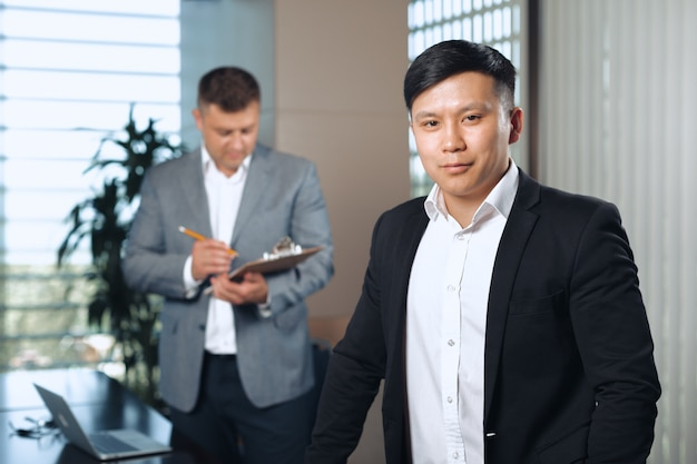 Handsome happy business man Premium Photo