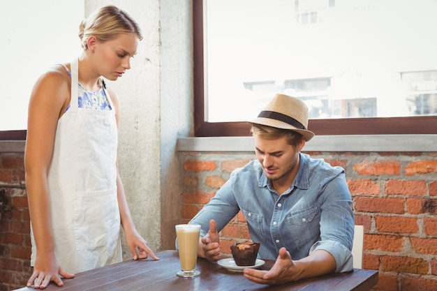 Handsome hipster complaining to blonde waitress Premium Photo