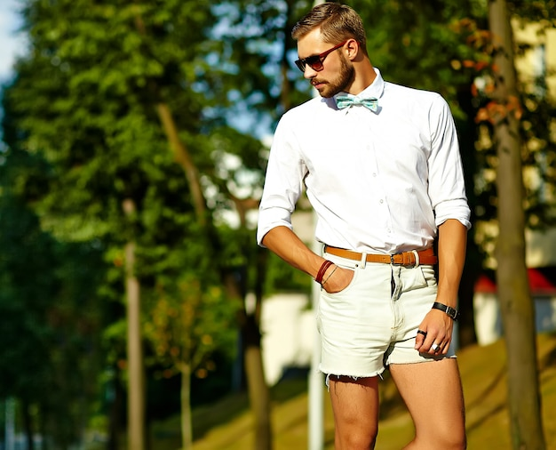 Красивый битник модель мужчина в стильной летней одежде позирует в солнцезащитные очки Бесплатные Фотографии
