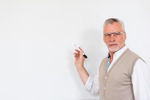 Красивый мужчина с маркером и глядя на камеру Бесплатные Фотографии