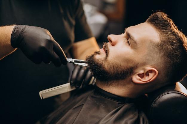 理髪店のサロンでハンサムな男カットひげ 無料写真