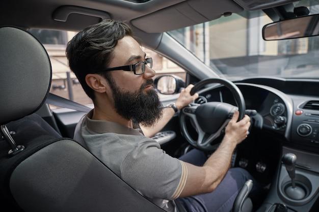 Uomo bello che guida la macchina Foto Gratuite