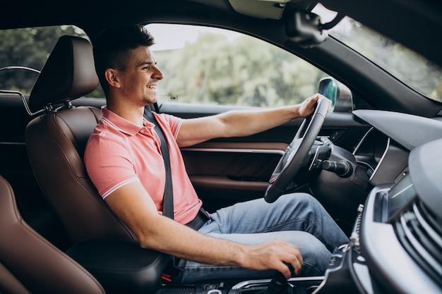 ハンサムな男が彼の車で運転 無料写真