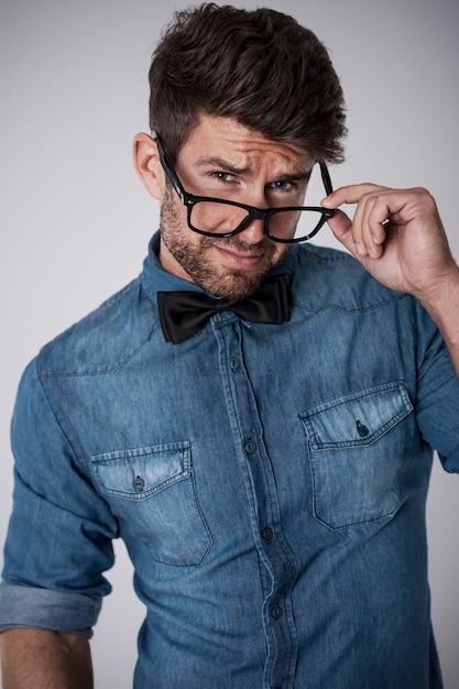 眼鏡でいちゃつくハンサムな男 無料写真
