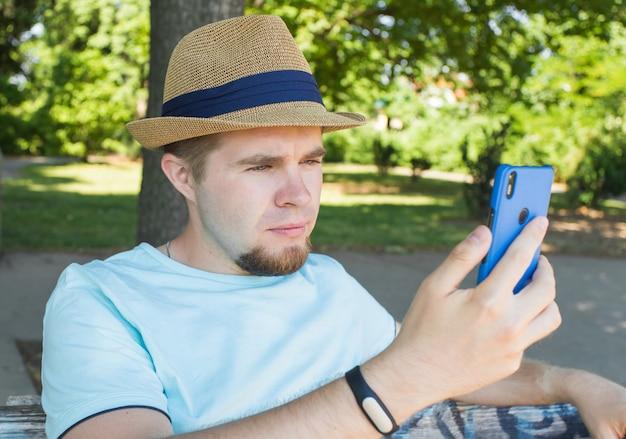Красивый мужчина делает селфи на открытом воздухе Premium Фотографии