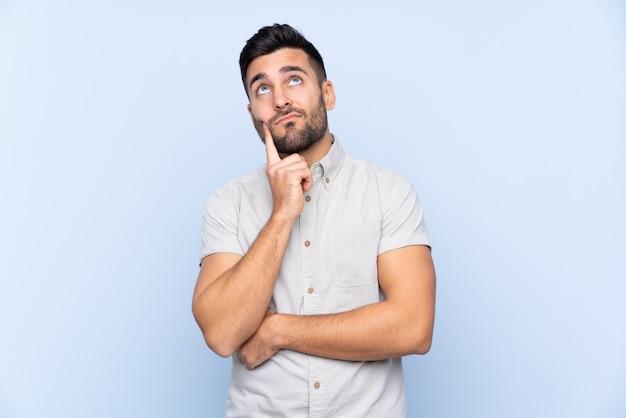Красивый мужчина над синей Premium Фотографии
