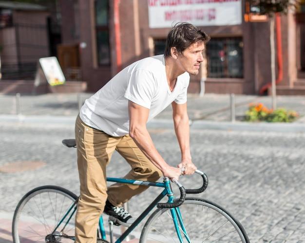 Красивый мужчина езда на велосипеде на работу Premium Фотографии