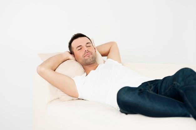 Bell'uomo che dorme sul divano Foto Gratuite