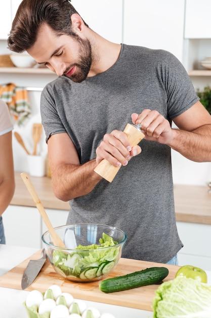 ハンサムな男のキッチンに立って、料理 無料写真