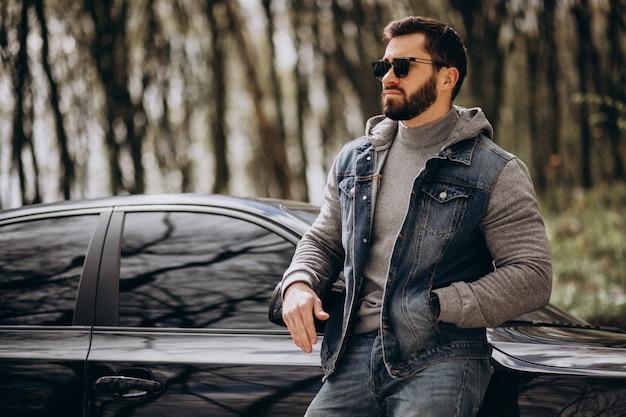 公園で車で立っているハンサムな男 無料写真