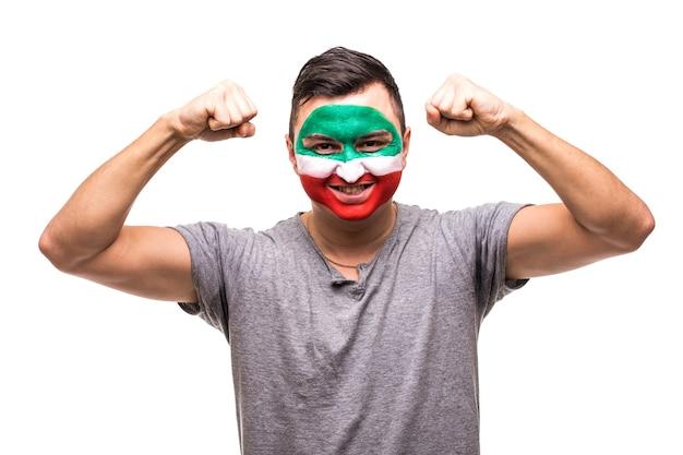 Красивый мужчина, сторонник национальной сборной ирана, раскрашенный флагом, радуется победе, крича в камеру. поклонники эмоций. Бесплатные Фотографии