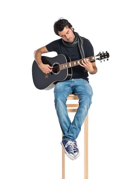 Красивый человек с гитарой на белом фоне Бесплатные Фотографии