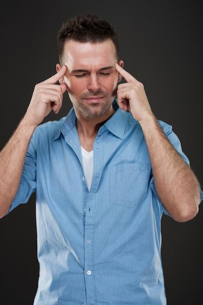 두통을 가진 잘 생긴 남자 무료 사진
