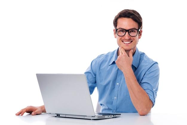 Красивый мужчина, работающий с ноутбуком Бесплатные Фотографии